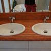 Trawertyn Rosso - blat zdwoma umywalkami